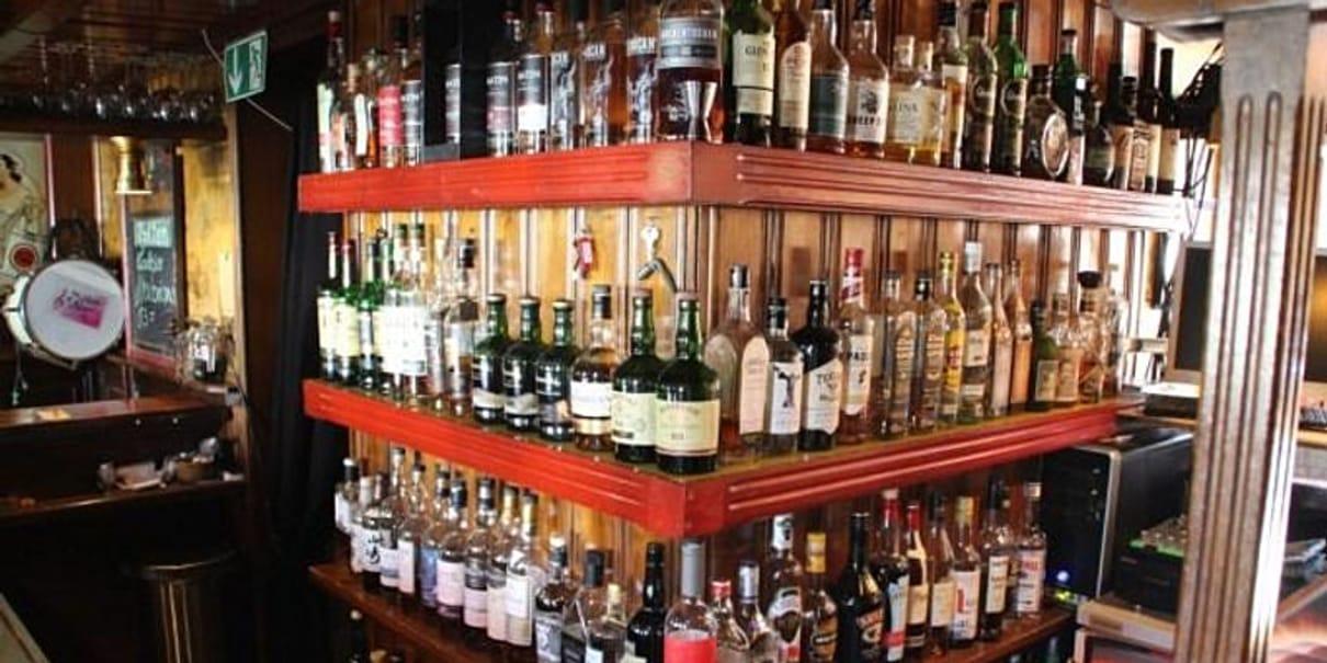 regulärer Pubbetrieb, im hinteren Bereich: Mit Whisky trotzen wir den Satan (das COVID - Tasting)
